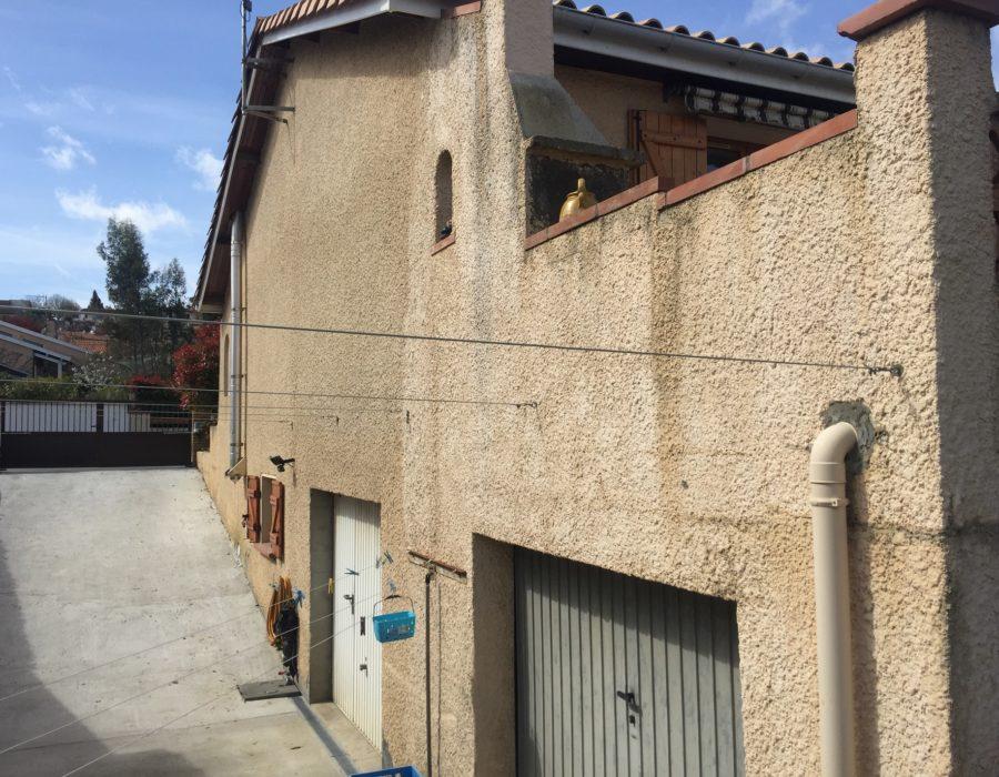 rénovation de façades avec relissage d'un ancien crépis grossier, entoilage,, marouflage avec toile fibrée, montage échafaudage, relissage avec un enduit léger, revêtement de finition souple et imperméable